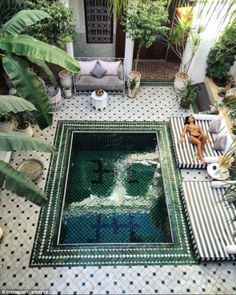 hotel pool The riad is run by social media savvy French couple Gabriel Paris and Alice Tassery. Small Backyard Pools, Swimming Pools Backyard, Swimming Pool Designs, Piscina Rectangular, Outdoor Spaces, Outdoor Living, Kleiner Pool Design, Le Riad, Small Pool Design