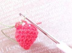 <10>本体最後の細編み部分では、引き抜く際に糸を緑に替え引き出します。 (わたを入れる前に替えておいてもいいですが、今回は入れた後にしました) Crochet Motif, Crochet Earrings, Berries, Knitting, Handmade, Amigurumi, Hand Made, Tricot, Breien