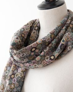 Another beautiful crochet scarf Crochet Art, Crochet Granny, Crochet Shawl, Crochet Flowers, Scarf Patterns, Crochet Ideas, Crochet Scarves, Crochet Clothes, Tatoo