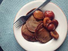 Pannenkoekjes van Kastanjemeel met Gebakken Pruimen   Kastanjes van de tamme kastanje bevatten veel koolhydraten met name in de vorm van zetmeel en voeding.