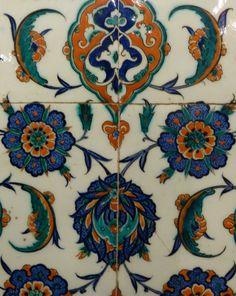 Motif – Tulip (Lale) – Çini: The Classical Turkish Art of Tile Painting Islamic Patterns, Tile Patterns, Pattern Art, Textures Patterns, China Painting, Ceramic Painting, Ceramic Artists, Tile Painting, Turkish Tiles