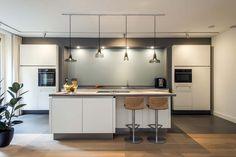moderne-keuken-keukenexpo-nieuwegein Plywood Kitchen, Modern Kitchen Design, Kitchen Island, New Homes, House Design, Flooring, Table, Furniture, Home Decor