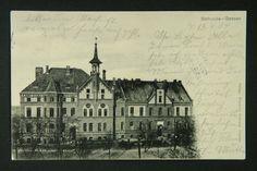Szpital miejski przy ulicy 3 Maja w Gnieźnie, zbudowany w 1899 r. przez niemiecką organizację dobroczynną. W 1925 r. szpital został przejęty przez skarb państwa i przekazany pod opiekę Czerwonego Krzyża, a później Urzędu Miasta. Pocztówka z ok. 1910 r.