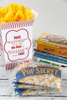 Movie Night Popcorn and Candy gift idea with Redbox gift certificates. FREE Printable label to place on popcorn box or bucket. Movie Basket Gift, Movie Gift, Teacher Appreciation Gifts, Teacher Gifts, Student Gifts, Popcorn Gift, Popcorn Boxes, Teacher Thank You Notes, Junior Mints