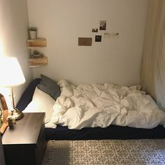 Students dorm can be simple and cozy like this Small Room Bedroom, Home Bedroom, Bedroom Decor, Bedrooms, Room Interior, Interior Design, Aesthetic Room Decor, Minimalist Room, Cozy Room