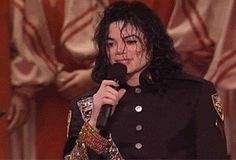 I could watch this all day long..... The King of Style, Pop, Rock and Soul! - by ⊰@carlamartinsmj⊱