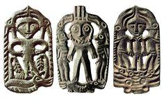 Человек под сводом из человеколосей на ящере. / Божество в полный рост и два человеколося на ящере. / Человеколоси и человек на головах ящеров. (Пермский звериный стиль. Бронза, Литье.)