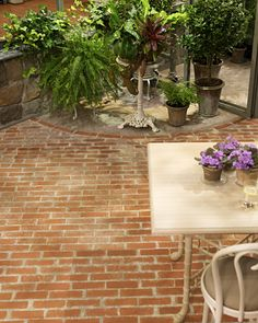 Faux-Brick Painting - Create the charming feel of an old brick floor with a clever paint technique. { Get the How-To on the site }<--nice touch for corner of our patio. Faux Brick, Outdoor Decor, Paint Concrete Patio, Painted Patio, Brick Patios, Flooring Projects, Brick Flooring, Painted Brick, Faux Painting