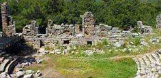 10 minutter // Phaselis: De fleste af ruinerne i dag hører til den romerske og byzantinske periode. Du kan opleve historien og naturen sammen i Phaselis