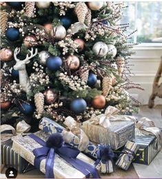 Christmas Tree Colour Scheme, Blue Christmas Tree Decorations, Elegant Christmas Trees, Colorful Christmas Tree, Green Christmas, Christmas Colors, Rustic Christmas, Christmas Tree Ideas, Christmas Holidays