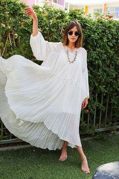 Une robe blanche plissée oversize