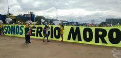 BELÉM - Manifestantes ocupam aproximadamente metade da avenida Presidente Vargas, uma das maiores de Belém. Organização estima em 70 mil o número de participantes. Polícia militar ainda não divulgou estimativa. Faixas e palavras de ordem pedem não apenas o impeachment da presidenta Dilma, mas também as prisões dela, do ex-presidente Lula e de investigados na Operação Lava Jato. Manifestantes também demonstram apoio ao juiz Sergio Moro