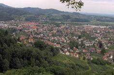 Blick von der Schauenburg auf Oberkirch-- Oberkirch ist eine Stadt im Westen Baden-Württembergs, etwa 12 km nordöstlich von Offenburg. Sie ist nach der Kreisstadt Offenburg und den Städten Lahr/Schwarzwald, Kehl und Achern die fünftgrößte Stadt des Ortenaukreises und gehört zum Mittelbereich Offenburg im gleichnamigen Oberzentrum.