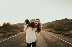 Best Inspiration Couples Photography Poses To Inspire You - Paar - Couple Couple Photoshoot Poses, Couple Photography Poses, Couple Posing, Couple Shoot, Friend Photography, Photography Lighting, Maternity Photography, Older Sibling Photography, Photography Tips