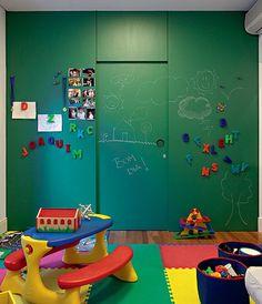 Os rabiscos dos pequenos da casa viraram atração no projeto das arquitetas Juliana Moysés e Paula Mattar. A parede da brinquedoteca, 3,15 x 2,80 m, ganhou mágica com um painel-lousa imantado. O projeto levou chapa metálica