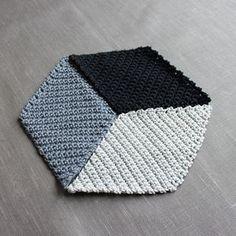 365-Tage-Häkeldecke mit 3D-Effekt – kugelig.com – Meine 365-Tage-Häkeldecke... entschieden habe ich mich für eine geometrische Variante. Rauten aus schwarz und dunklem und hellem grau (die Anleitung findest Du weiter unten). Zusammengesetzt ergibt sich dann ein 3D-Effekt. Ich finde alle die tollen bunten Granny-Varianten sehr schön. Aber in unser Zuhause und zu mir passen sie leider...