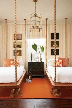 aménagement pour une chambre d`enfant avec des lits originaux suspendus au plafond