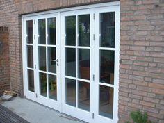 Openslaande tuindeuren met glas tot grond en roeden huis