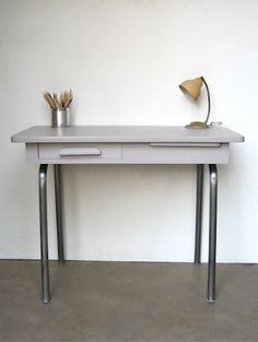 Bureau d'écolier Exterior Design, Interior And Exterior, Simple Desk, Workspaces, Office Desk, Entryway Tables, Organize, Kids Room, Feels