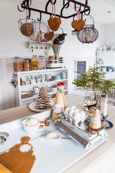 DESDE MY VENTANA ... this is cute with all the gingerbread cookies hanging off the pot rack. I'm definitely doing this!