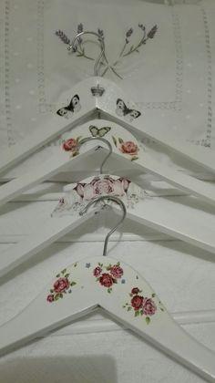 Perchas decoradas con découpage