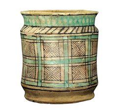 Albarello seconda metà del XIV secolo (Faenza), cilindrico e leggermente rastremato ai fianchi, in ceramica arcaica ingobbiata. Altezza 19.8 cm, diametro bocca 17 cm, larghezza massima 17.3 cm, diametro base 16 cm. Aboca Museum.