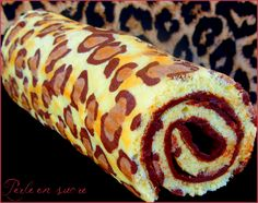 Roulé léopard ou léopard roll cake--i have an idea how to make this easy Crazy Cakes, Fancy Cakes, Köstliche Desserts, Delicious Desserts, Yummy Food, Cake Cookies, Cupcake Cakes, Cupcakes, Sweet Recipes