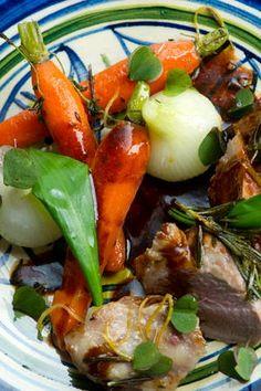 Påskemad: Lam med citronbagte gulerødder og karamelliserede løg