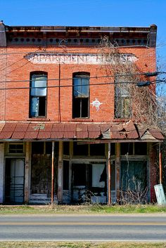 Abandoned building (an apartment house) in Lovelady, TX