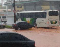 Chuva causa transtornos novamente em Botucatu -   A forte chuva que atingiu Botucatu na tarde desta quarta-feira, dia 12, causou novamente diversos alagamentos em Botucatu. Na avenida Deputado Dante Delmanto, região da Vila Paulista, a água tomou conta da via nos dois sentidos. Carros tiveram que cortar a avenida para fugir da e - http://acontecebotucatu.com.br/cidade/chuva-causa-transtornos-novamente-em-botucatu/