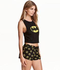 Schwarz/Batman. Pyjama aus weichem Baumwolljersey. Kurztop mit Frontdruck und…
