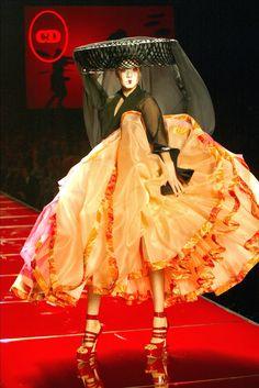 L' ALLURE DE LA DÉMARCHE, CHÂTEAU BRANLANT, LA RIVIÈRE, LA RIVIÈRE...   Christian Dior Spring 2003 Haute Couture