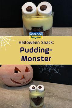 Leckerer Halloween-Snack für eure Halloween-Party: Ein süßes Pudding-Monster! Das Dessert für eure Halloween-Feier am 31. Oktober ist ganz schnell gemacht und ihr braucht nur Vanillepudding, Kekswe als Crumble und Marshmallows. Sieht schaurig-schön aus als Deko und schmeckt lecker. Happy Halloween! #halloween #halloweendeko #halloweensnack #halloweendiy Halloween Snacks, Happy Halloween, Halloween Party, Buffet, Foodblogger, Monster, Marshmallows, Glass Of Milk, Drinks