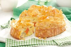 Honey-roasted Pumpkin And Bacon Filo Pie Recipe. If you are short on pumpkin, try it with maple roasted sweet potato - equally as good! Quiche Recipes, Pie Recipes, Baking Recipes, Savoury Recipes, Savoury Pies, Picnic Foods, Picnic Recipes, Savoury Baking, Roast Pumpkin
