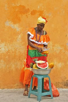 Colombia: Woman Selling Fruit in Cartagena We Are The World, People Around The World, Around The Worlds, Expo Milano 2015, Color Of Life, World Cultures, South America, Latin America, Bunt