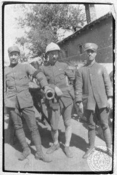 Α΄ Παγκόσμιος Πόλεμος. Σεπτέμβριος 1917 Μέτωπο Μακεδονίας. Αγροτικές εργασίες. Βελούζινα, Μακεδονία Ο Στράτης Μυριβήλης με συναδέλφους του στο μέτωπο της Μακεδονίας
