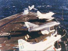 """SUE catapultado desde el ARA """"25 de Mayo"""" Dos A4-Q Skyhawk y otro Dassault Breguet Super Etendart estan en cubierta."""