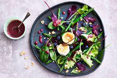 Geitenkaassalade, een klassieker... Deze salade met geitenkaas maken met een dressing van balsamico en blauwe bessen - Allerhande - Recept