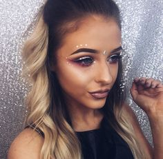 rhinestone eye makeup, Coachella makeup looks, festival make up, sparkly jewelry into your makeup look Festival Looks, Festival Style, Creamfields Festival, Festival Fashion, Music Festival Makeup, Festival Makeup Glitter, Music Festivals, Concerts, Makeup Inspo
