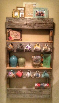 Wandregal  aus Paletten  in der Küche  alle Kaffeebecher  - dort hängen  Bücher- Fotos