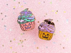 These are hard enamel pins that are approx 30 mm inches). One version in pa… - Halloween cupcakes Spooky Halloween, Halloween Mono, Halloween Design, Halloween Stuff, Spooky Spooky, Disney Halloween, Halloween Ideas, Halloween Costumes, Halloween Cupcakes