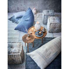 Blickfang Ablage! Eyecatcher dieses eleganten Beistellmöbels auf drei gedrechselten Beinen ist die extravagante Tischplatte mit aufwendigen floralen Schnitzereien im orientalischen Stil.