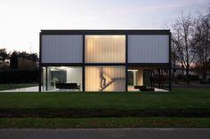 Na Bélgica está construída essa residência. Chamada de Zoersel House, a casa tem a estrutura toda feita de aço, possui nove espaços e um desenho inspirado em Bauhaus. Ela foi criada pelo designer Arjaan De Feyter.