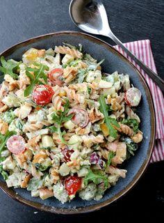Kylling- og pastasalat med krema pestodressing - LINDASTUHAUG Cobb Salad, Pesto, Tapas, Potato Salad, Beverages, Drinks, Easy Meals, Food And Drink, Healthy Recipes
