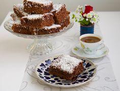 Extra hög och saftig kärleksmums. Helt klart den godaste kakan att servera till fikat! 20 superstora bitar eller 30 mellanstora 300 g smör 7 st ägg 6 dl strösocker 3 dl mjölk 8 dl vetemjöl 2 msk vaniljsocker 2 dl kakao 4,5 tsk bakpulver Glasyr: 75 g smör 0,5 dl kaffe 0,5 dl kakao 2 msk vaniljsocker 5 dl florsocker Garnering: 1,5 dl kokosflingor Gör så här: Värm ugnen till 175°. Klä en långpanna, 30×40 cm, med bakplåtspapper. Blanda mjöl, kakao, vaniljsocker och bakpulver i en bunke och ställ…