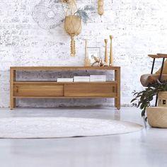 Découvrez ce meuble tv en teck brut de la marque Tikamoon !Il est équipé d'une niche ainsi que 2 portes qui vous permettront de ranger votre équipement multimédia et vos magazines *.Sa sobriété et son naturel procureront à votre pièce harmonie et sérénité.* 1 niche (H 14 x L 122 x P 32 cm), 2 portes coullissantes (H 15 x L 60 x P 33 cm - percé pour les câbles : diam. 6 cm), hauteur pieds : 13 cmInformations Techniques :Matière : teckDimensions : H 50 x L 130 x P 40 cmPoids : 17 kg Achete...