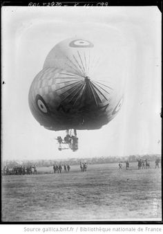 Front view of flying blimp from gallica.bnf.fr  Le dirigeable anglais N. [S] 7 : [photographie de presse] / [Agence Rol] - 1