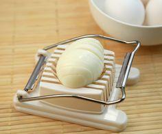 エッグスライサーはゆで卵を切るもの、と思い込みがちですよね。しかしその形状から他の食べ物を切るのにも大活躍なのです。今回はそんな活用方法をご紹介します。
