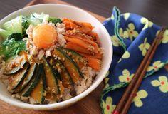残業帰りに自炊は面倒、でも外食もバカにならないし健康を考えるとやっぱり手作りのものが食べたい……という方必見! 週末にまとめてつくって冷凍ストックしておけば、平日はチンしてご飯にのっけるだけ。秋食材を使った、超簡単で絶品の「つくりおき丼」レシピを紹介します!  きのこたっぷり!中華丼風  Photo by Otonaka Sara 秋の味覚のきのこをふんだんに使い、とろみのあるあんで旨みを閉じ込めました。 きのこから旨みエキスが出るので、味つけはシンプルでOK! オイスターソースでコクをプラスするから、とっても奥深い味に仕上がります。 あんは、かた焼きそばにかけてもおいしいですよ!  【材料】(4食分) しいたけ・・・2個 エリンギ・・・1パック 舞茸・・・1パック 長ネギ・・・1/2本 ニンジン・・・1/2本 豚肉・・・200g ニンニク・・・2片 ごま油・・・大さじ1 鶏がらスープの素・・・小さじ1 水・・・3カップ 温かいご飯・・・100g(1食分) A 生姜すりおろし・・・小さじ1 A 醤油・・・小さじ1 A みりん・・・小さじ1 A 酒・・・小...