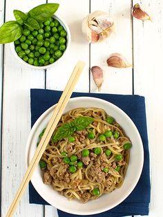 Błyskawiczny makaron z mielonym mięsem w stylu azjatyckim - film video: Kiedy masz ochotę na coś chińskiego, a nie masz dużo czasu oraz wielu...